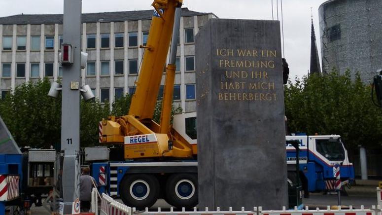 """Das documenta forum ist bestürzt über den Abriss des """"Fremdlinge und Flüchtlinge Monuments"""" von Olu Oguibe"""