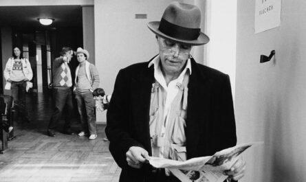 © documenta archiv / Foto: Dieter Schwerdtle Joseph Beuys auf einem Benefizkonzert, documenta 7 (1982)